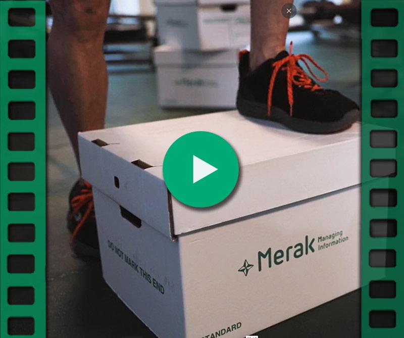 Un homme marche sur une boîte d'archivage de Merak